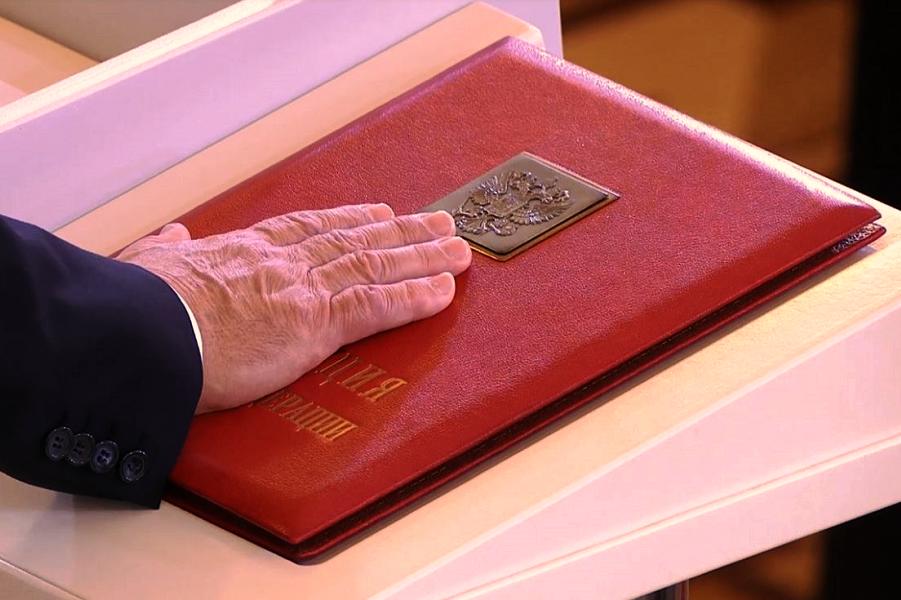 Президент Путин, присяга на Конституции.png
