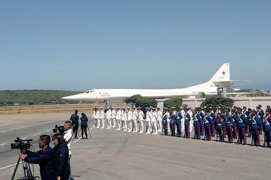 Торжественная встреча Ту-160 в Венесуэле.png