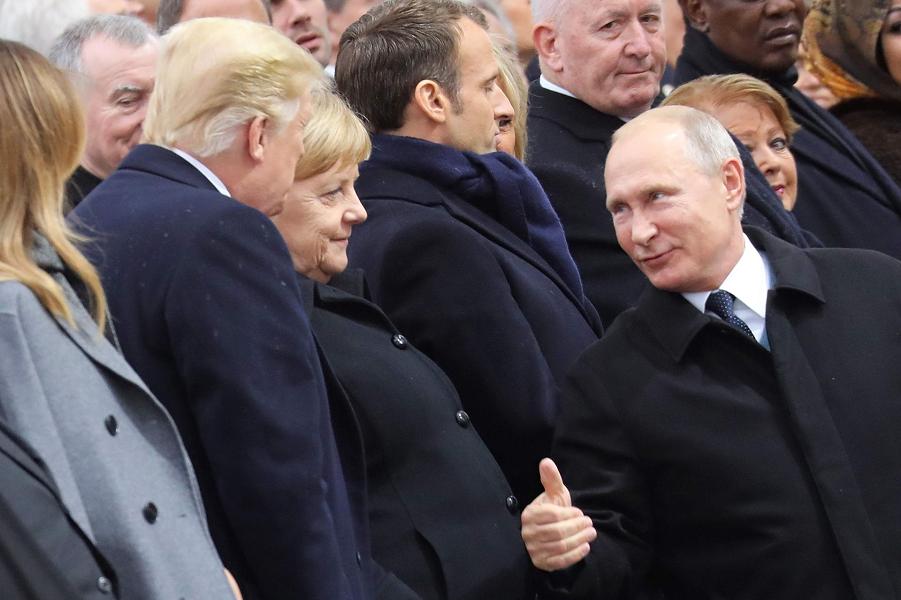 Путин беседует с  Меркель  и Трампом во время церемонии у Триумфальной арки в Париже в рамках празднования 100-й годовщины ПМВ, 11.11.18.png