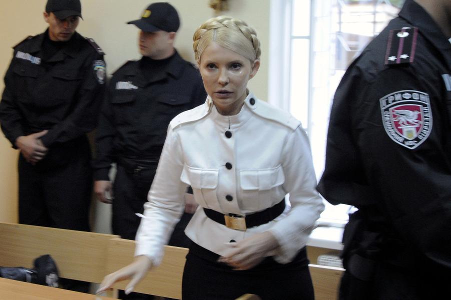 Тимошенко на судебном процессе, 2013 год.png
