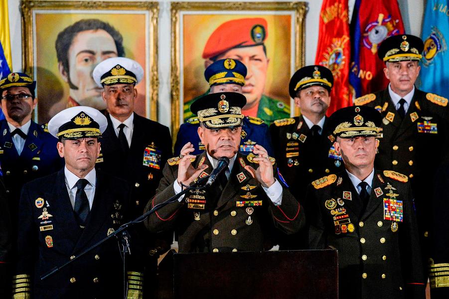 Министр обороны Венесуэлы Владимир Падрино Лопес выступает  вместе с членами высшего военного руководства в поддержку президента Николаса Мадуро, 24.…