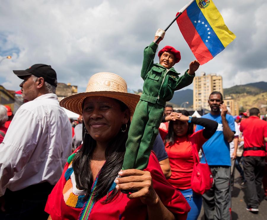 Сторонники президента Венесуэлы Николаса Мадуро празднуют его инвестиции в Каракасе, Венесуэла, 10 января 2019 года..png