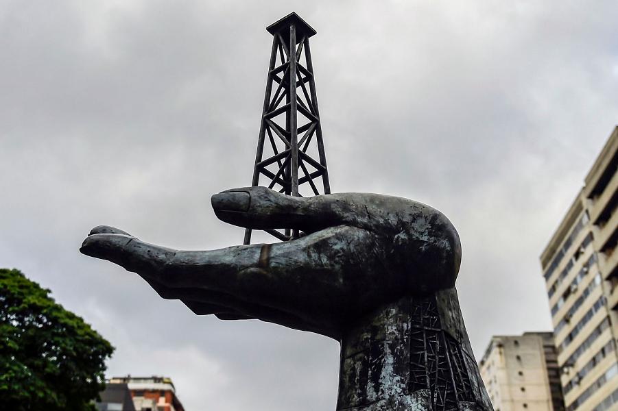 Памятник борьбе венесуэльского народа за нефтяное наследия перед штаб-квартирой венесуэльской государственной нефтяной компании PDVSA в Каракасе.png