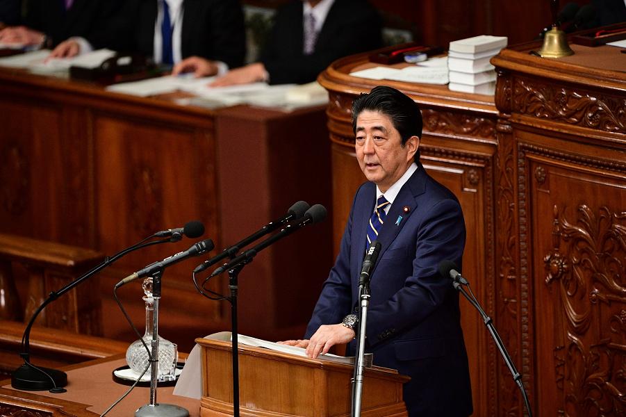 Премьер Синдзо Абэ в парламенте.png