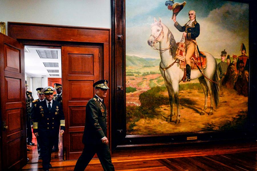 Министр обороны Венесуэлы Владимир Падрино Лопес перед пресс-конференцией в Каракасе.png