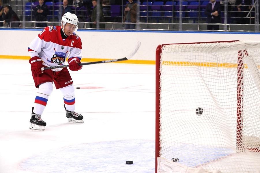 Президент Путин играет в хоккей с президентом Лукашенко, 15.02.19.jpg