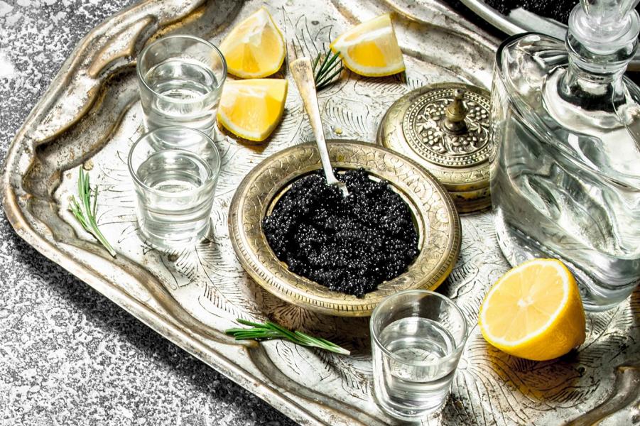 Водка с лимонами и икрой, завтрак богатого россиянина.png