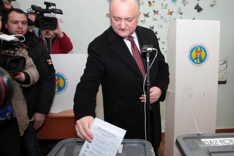 президент Додон голосует на парламентских выборах 24.02.19.png