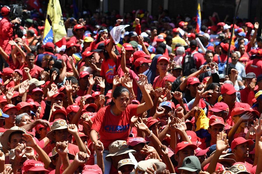 Сторонники президента Венесуэлы Николаса Мадуро принимают участие в шествии в Каракасе, 23 февраля 2019 года.jpg