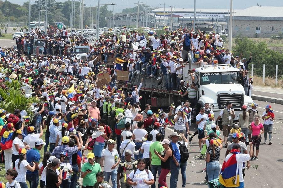 Граждане Венесуэлы едут на грузовиках в Кукуте, Колумбия, к границе, 23 февраля 2019 года..jpg