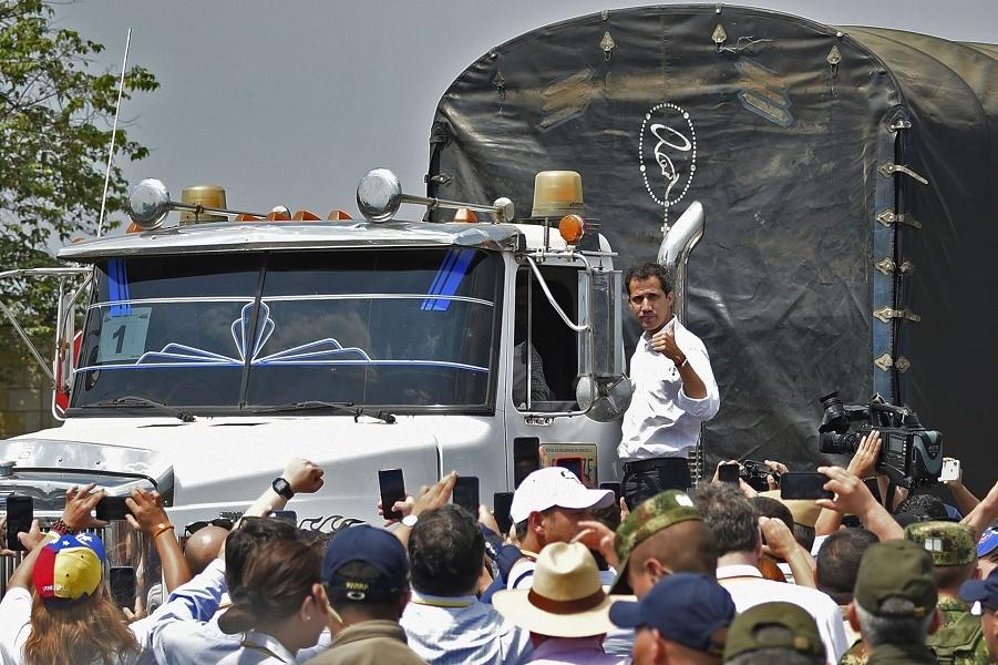 Гуайдо в Кукуте на колумбийской стороне международного моста Тиендитас перед попыткой доставить гуманитарную помощь в Венесуэлу, 23 февраля 2019 года…