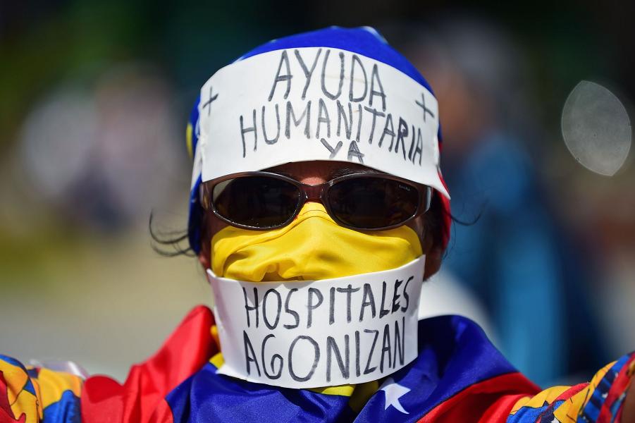 Сторонники лидера венесуэльской оппозиции Хуана Гуайдо ждут, чтобы принять участие в митинге в Каракасе, 23 февраля 2019 года.png