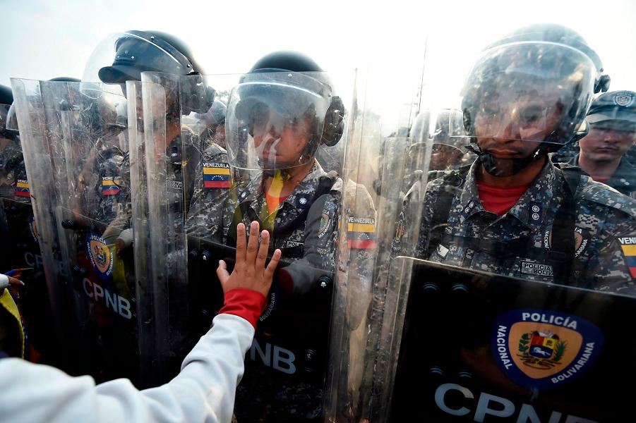 На мосту Симона Боливара в Кукуте, Колумбия, 23.02.19.png