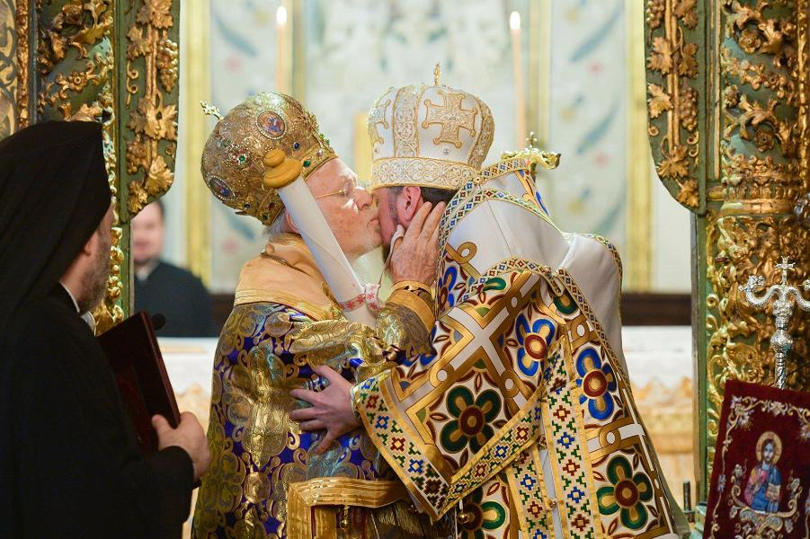 Патриарх Варфоломей вручает Томос Епифанию.png