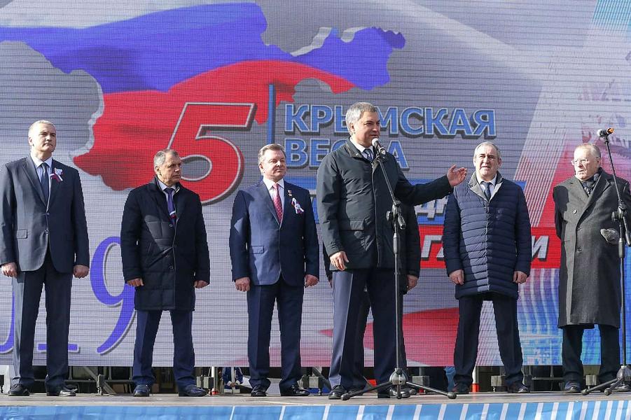 Володин на митинге в честь Крыма.png