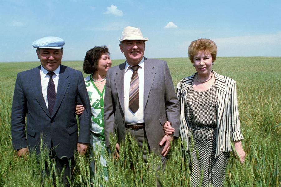 Назарбаев и Горбачев с женами.png