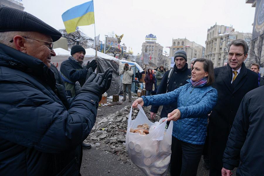 Виктория Нуланд снабжает Майдан продовольствием на остатки из 5 млрд долларов.png