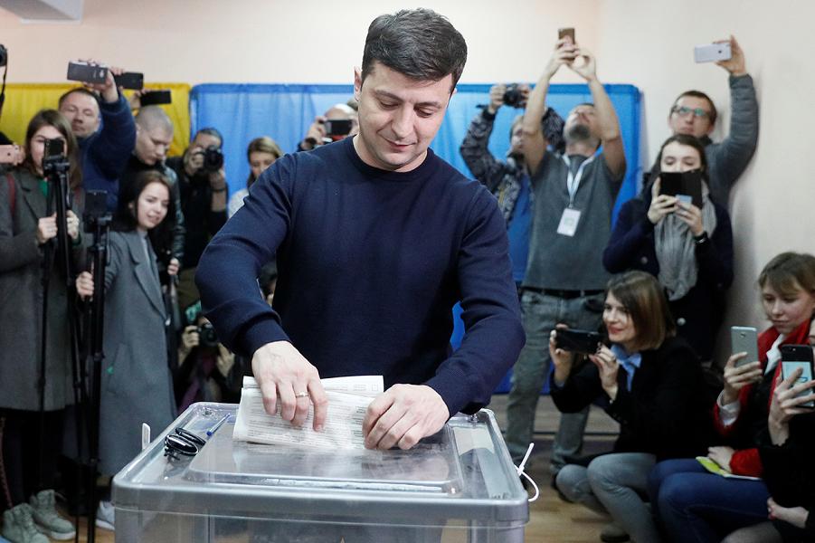 Зеленский голосует.png