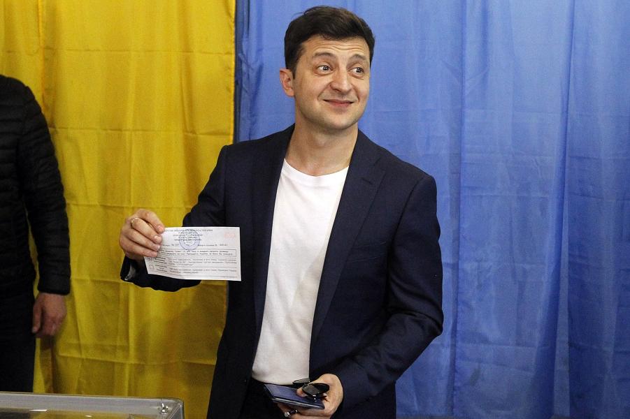 Кандидат Зеленский совершает противоправное действие во время голосования, 21.04.19.png