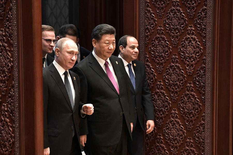 С Си Цзиньпином и президентом Египта Сиси перед началом заседания круглого стола Международного форума Один пояс, один путь, 26.04.19.png