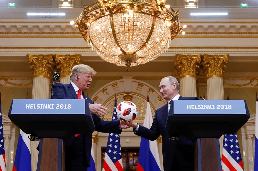 Путин, Трамп и мяч, Хельсинки, июль 2018.png