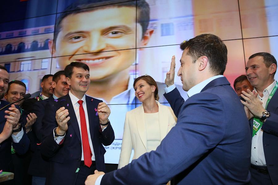 Зеленский в штабе, победа.png