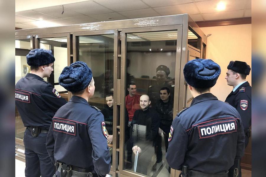 Украинские моряки в российском суде.png