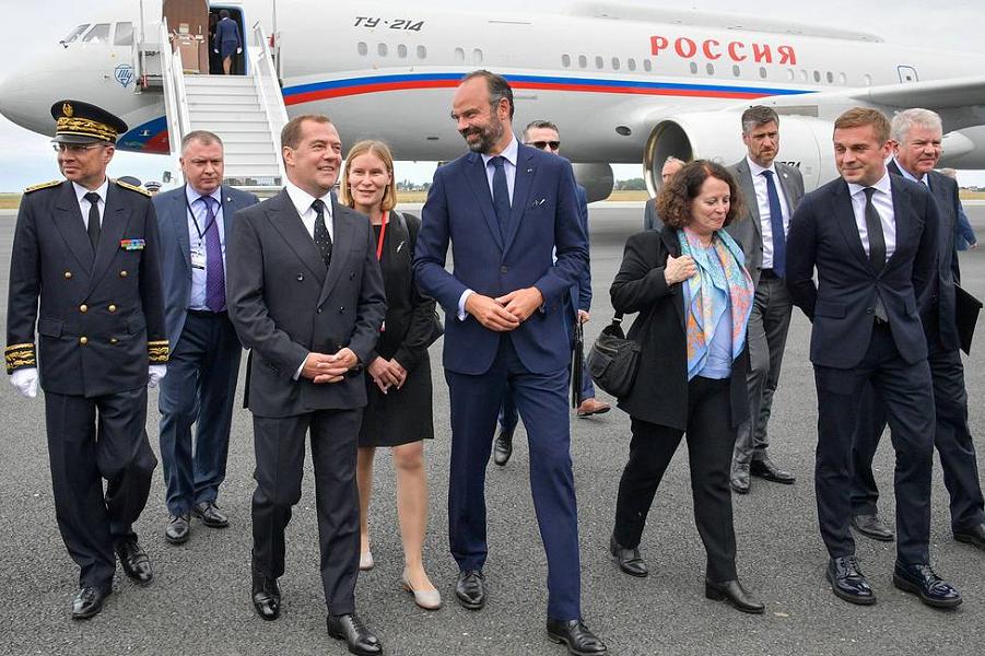Визит Медведева во Францию, встречает премьер Филипп, 24.06.19.png