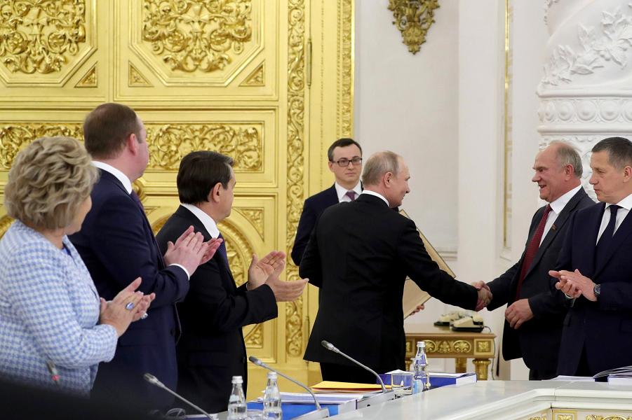 Заседание Госсовета по вопросам развития сети автомобильных дорог, 26.06.19, поздравление Зюганова с 75-летием.png