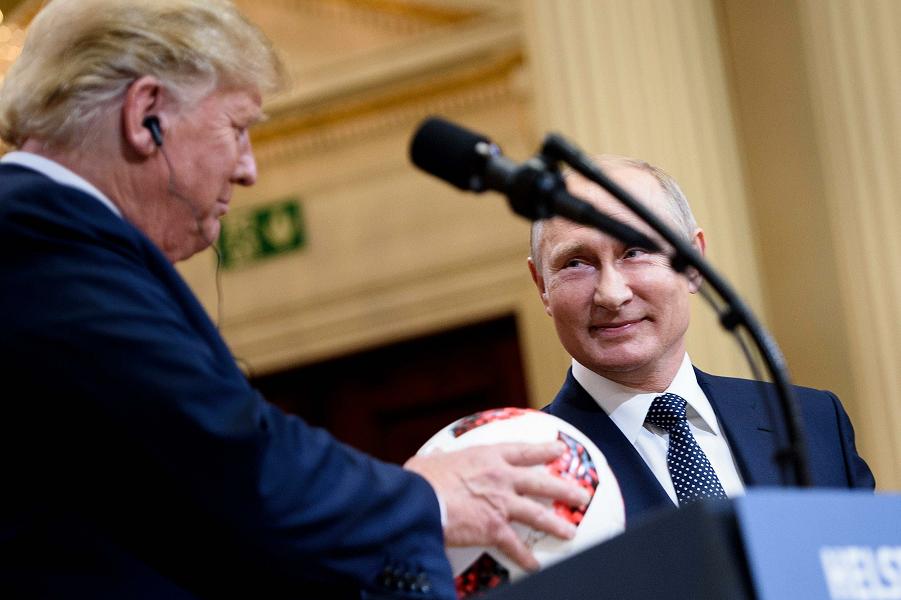 Трамп с мячом от Путина, Хельсинки, 16 июля 2018.png