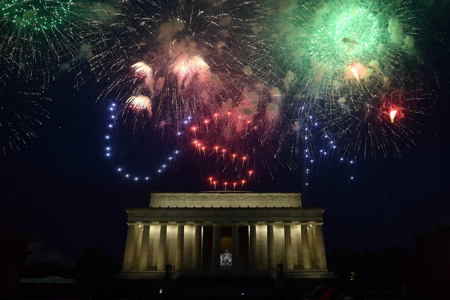 У американцев свой парад! Впечатляет? Fireworks explode over the Lincoln Memorial during the Fourth, July 4, 2019. Brendan Smialowski, AFP, Getty Images.png