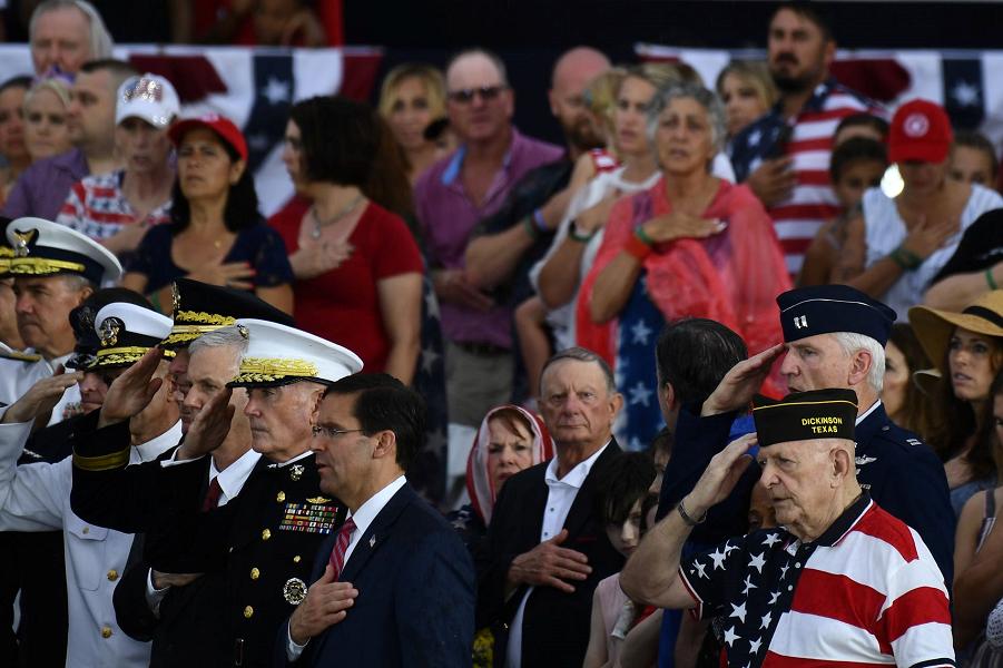 У американцев свой парад! Впечатляет? July 4, 2019. Brendan Smialowski, AFP, Getty Images.png