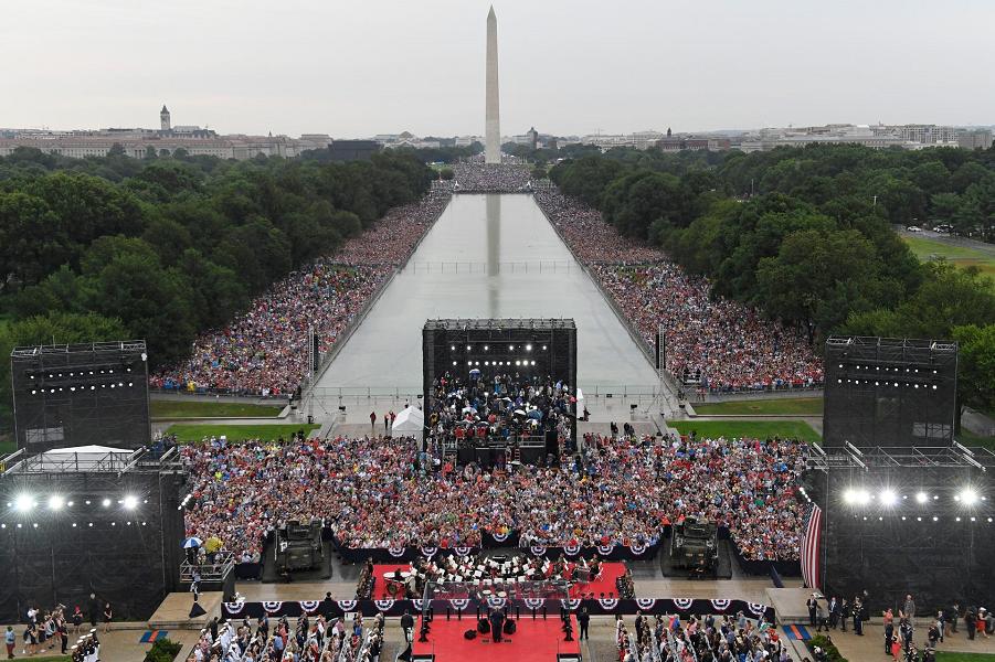 У американцев свой парад! Впечатляет? Pool photo by Susan Walsh.png