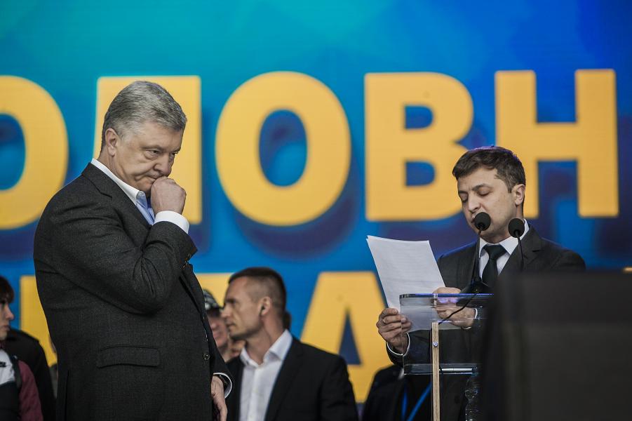 Зеленский зачитывает Порошенко вопросы народа на предвыборных дебатах.png