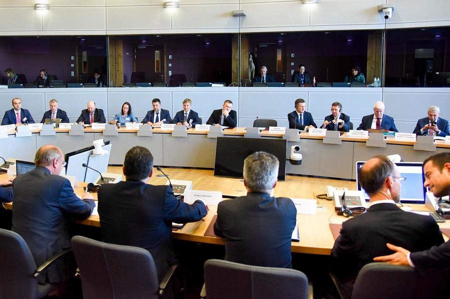 Переговоры в Брюсселе, слева Кобелев, справа Миллер, сидят перед Шевчовичем, 28.10.19.png
