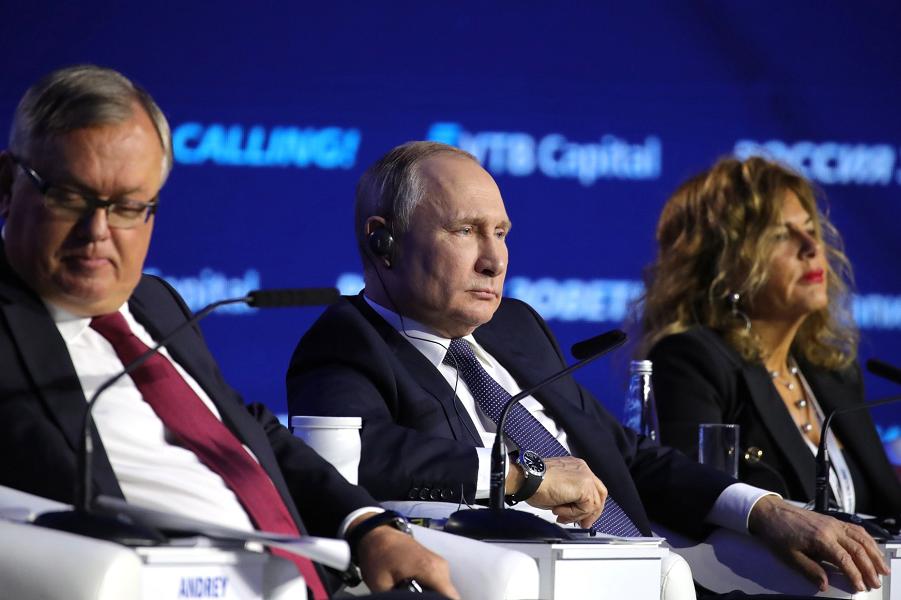 На инвестиционном форуме Россия зовёт! с Андреем Костиным и председателем совета директоров ENI(Италия) Эммой Марчегалья
