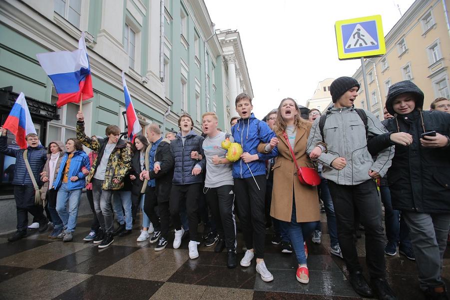 Молодежь на уличных акциях в Москве, 7 октября 2017 года.png