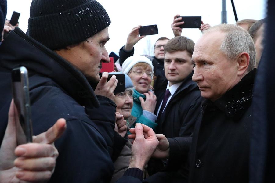 Путин в Санкт-Петербурге среди людей, 27.11.19.png