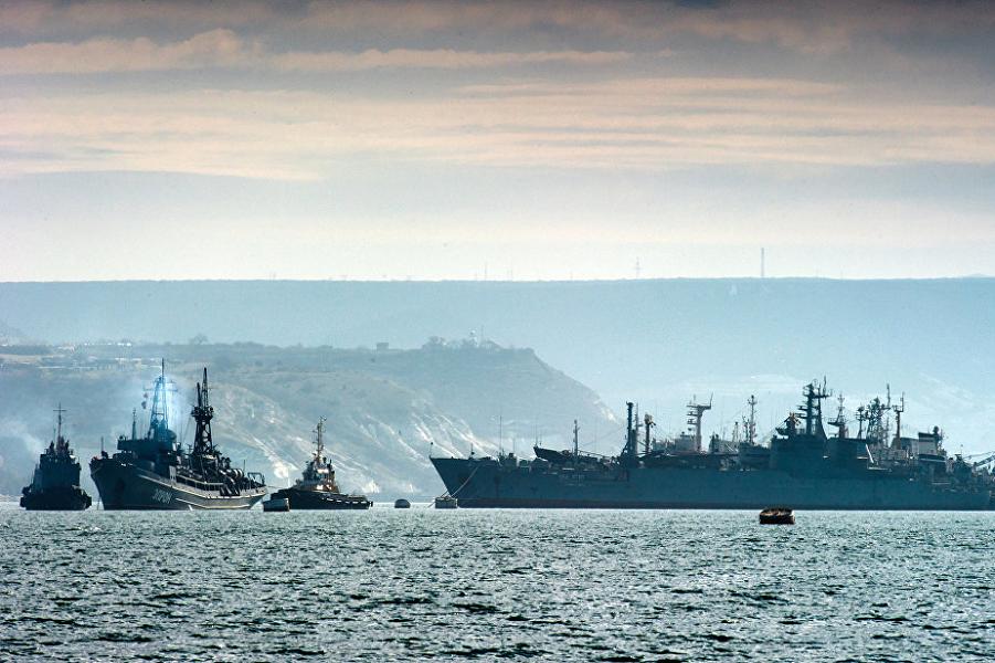Черноморский флот в бухте Севастополя.png