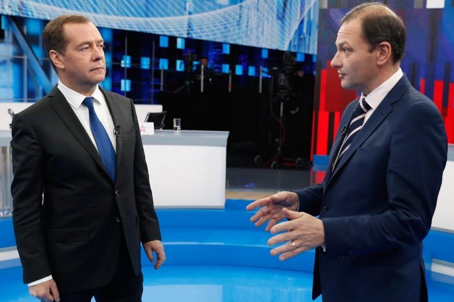 Премьер Медведев на ТВ.png