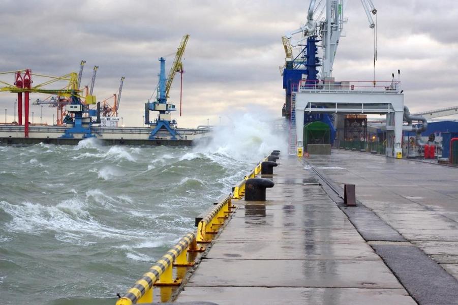 Шторм на Балтике, порт Клайпеды.png