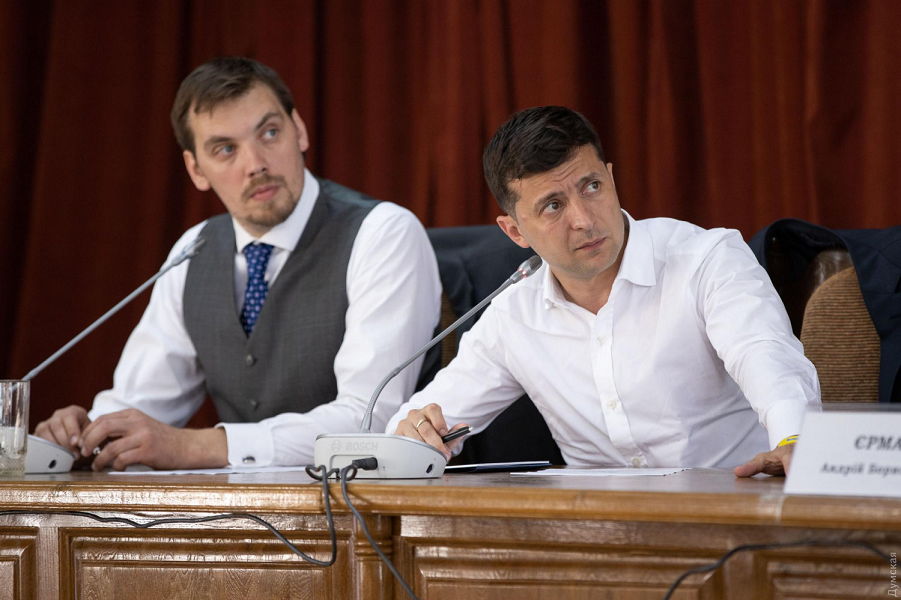 Президент Украины Зеленский и премьер Гончарук.png