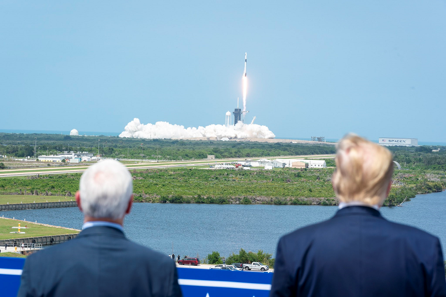 Дональд Трамп и Майкл Пенс смотрят на запуск Crew Dragon, 30.05.20.png