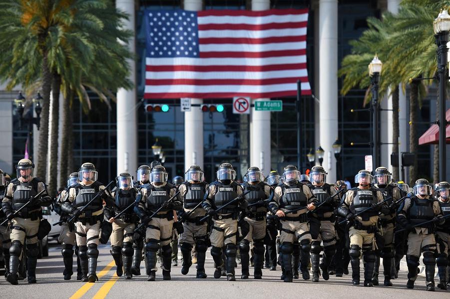 Солдаты штата Флорида движутся по Норт-Клэй-стрит, разгоняя демонстрантов перед зданием суда округа Дюваль в Джексонвилле, штат Флорида, 31.05.20, BO…