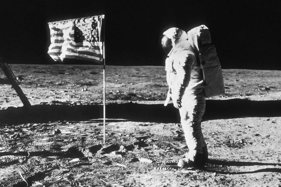 Нил Армстронг на Луне, 20.07.1969 года, Аполлон-11.png