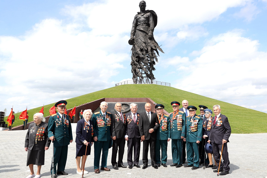 Открытие Ржевского мемориала Советскому солдату, Путин с ветеранами и Лукашенко, 30.06.20.png