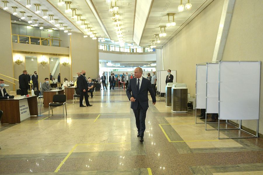 Путин проголосовал по Конституции на избирательном участке № 2151 в Российской академии наук, 1.07.20.png