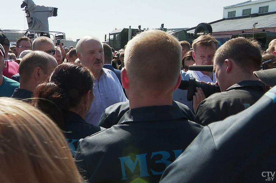 Лукашенко на МЗКТ в толпе рабочих, 17.08.20.png