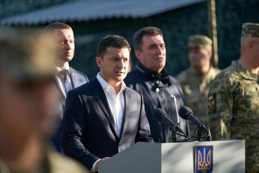 Зеленский и Данилов в Донбассе, в центре.png