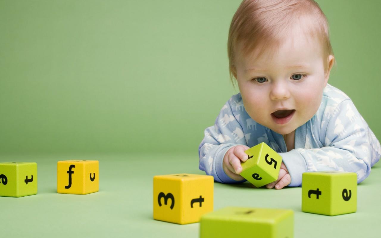 Sevimli_bebek_oyuncaklaryla_oynuyor